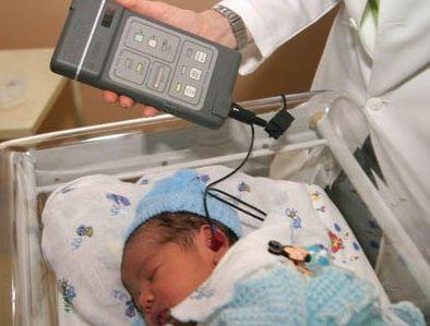 Test audiometrico per neonati con otoemissioni acustiche. L'esame avviene mentre il bambino dorme